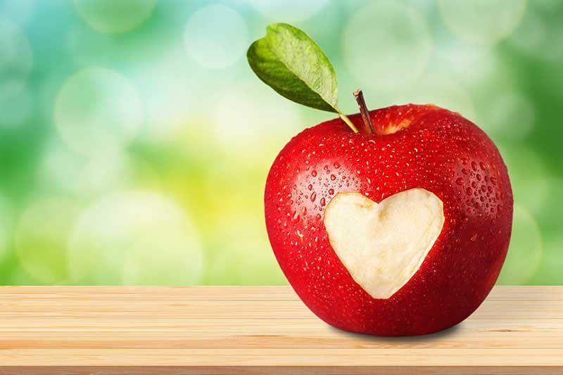 Roter Apfel mit anggebissener Stelle in Herz-Form