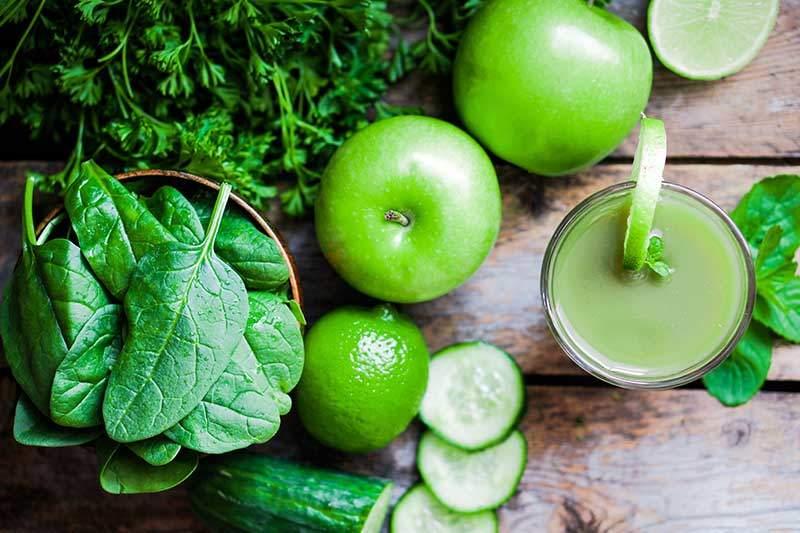 grüner Smoothie mit Spinat, Äpfel, Gurken, Limette